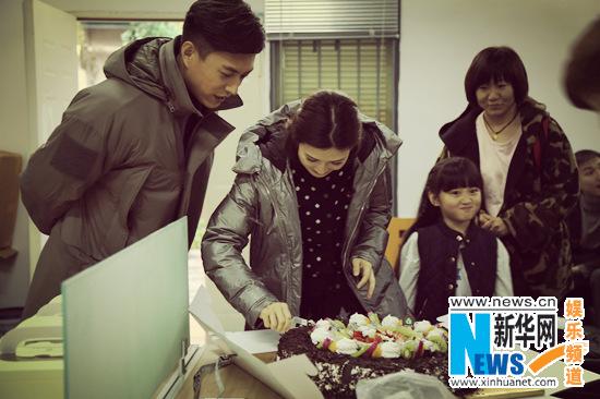 童蕾片场收获惊喜生日 靳东搞怪祝永远16岁