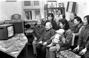上世纪全家人一起围坐,其乐融融(图片来自网络) 但到了八十年代,随着科技的发展和各类娱乐活动的丰富,家庭成员之间的交流开始减少,但围坐客厅看电视消磨时间,也还算是一家人其乐融融的时刻,但家人之间的小矛盾也因此刻交流的减少开始孕育幼苗,《老炮儿》的故事源头正是在那个时期埋下了伏笔。