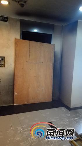 海口财富中心电梯井突冒浓烟办公人员紧急撤离