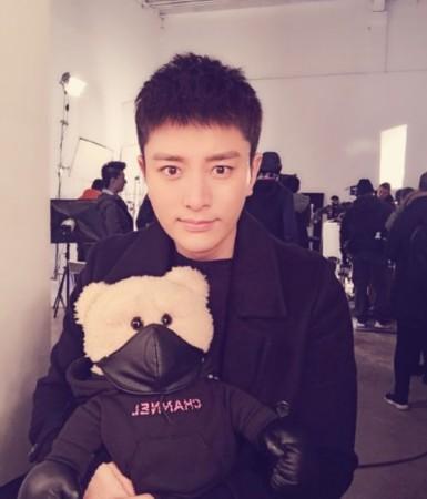 贾乃亮换个发型开工晒近照 抱着玩具熊耍帅