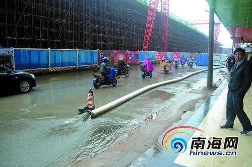 市政将污水抽出直接排在路面上海口市民质疑(图)