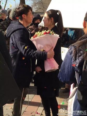 霍建华倪妮重返校园 捧花公主抱现场求爱