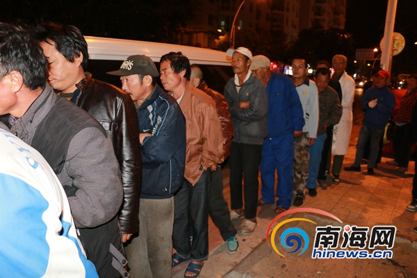 三亚民政局为露宿街头人员送衣被300余人次受救助