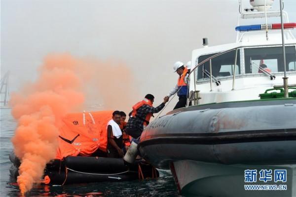 三亚举行2019年旅游船海上弃船演习