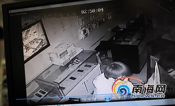 三亚俩男子凌晨手机店盗39部手机监控拍下8分钟作案全程
