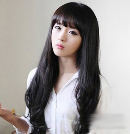 齐刘海大波浪长发,微卷发尾显得自然时尚.
