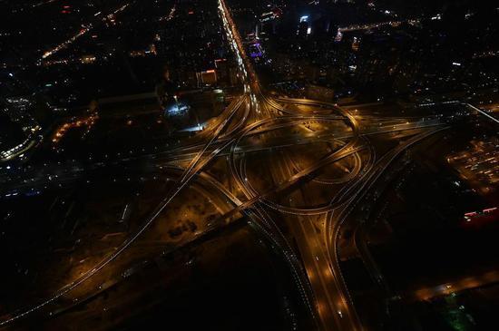 警用直升机升空航拍北京除夕夜马路空无一人
