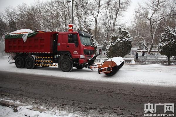 街上正在作业的扫雪车(央广网记者 许新霞 摄)-雪后银川披银装 环图片