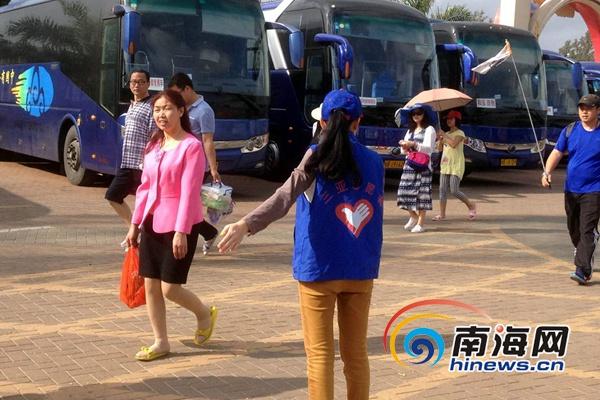 <b>三亚受助大学生春节返乡做志愿者烈日下服务游客</b>