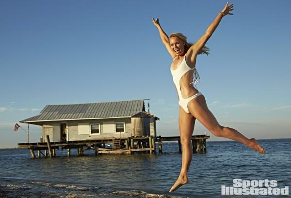 沃兹海边尝试人体彩绘 真空上阵秀性感身材