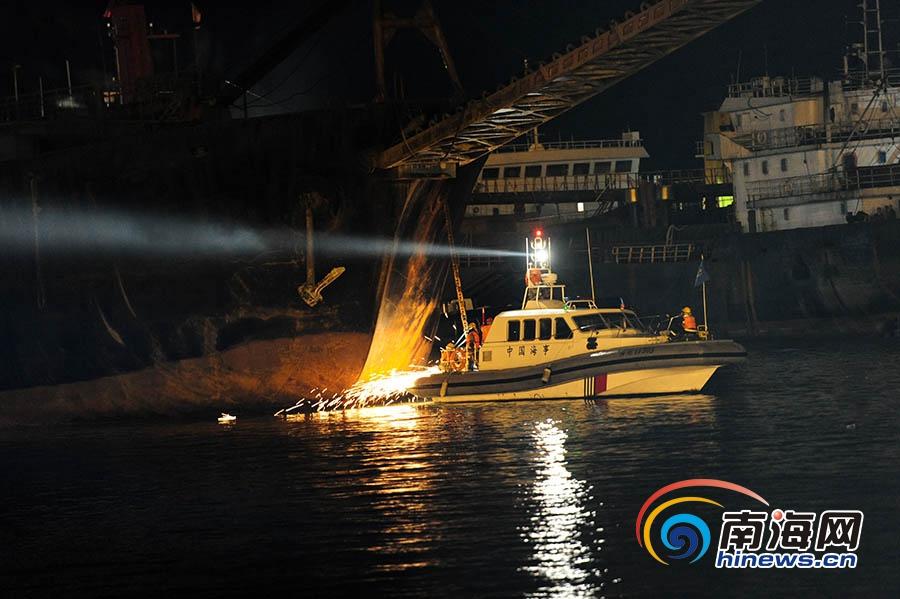 三亚南山港一艘工程船海上起火多部门救援无人员伤亡