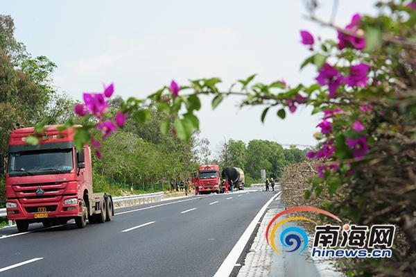 海南环岛高速天然气罐车侧翻事故路段双向交通恢复通行