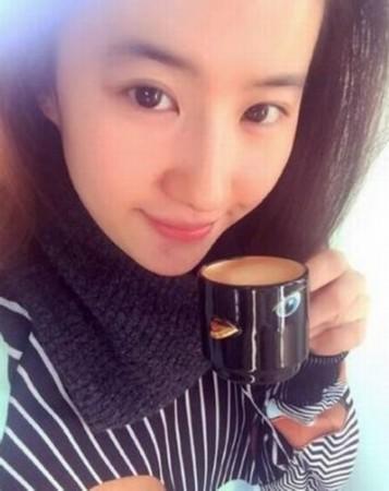 自拍照造型怎么摆_刘亦菲拿小鸟造型杯子自拍 素颜娇俏可爱