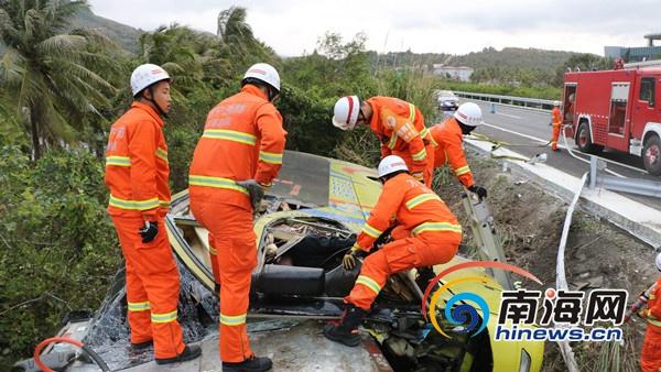 海南东线高速大巴车与货车追尾致1人死亡多人受伤[图]