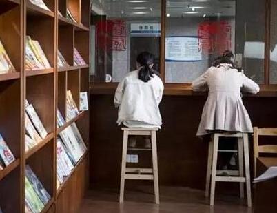 【书店在医院开分店】浙江省人民医院患者打点滴看书成一景