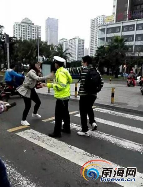 海口女子边玩手机边闯红灯记者采访被其摔坏手机