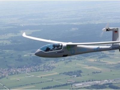 日前,中国首款新能源飞机――锐翔rx1e电动双座轻型运动类飞机成功