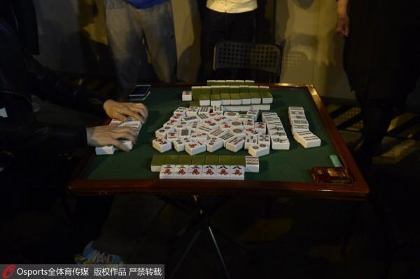 四川球迷连夜排长龙抢购G5门票 打麻将消遣