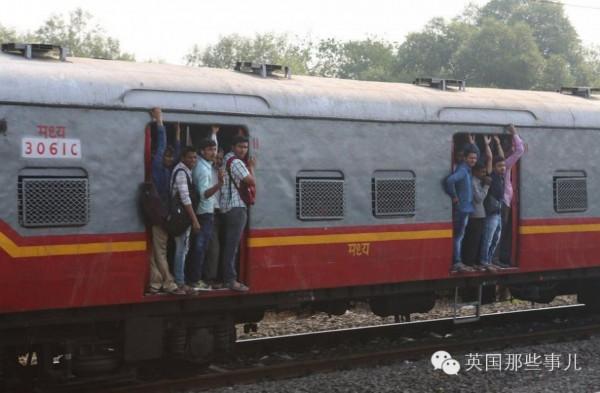 在印度坐火车上班居然这么惨 ..