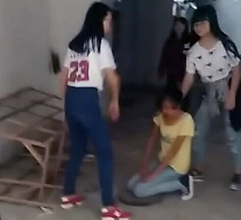 女子监狱视频_初中生遭凌辱下跪扒衣被拍视频流传 1人被拘女子监狱