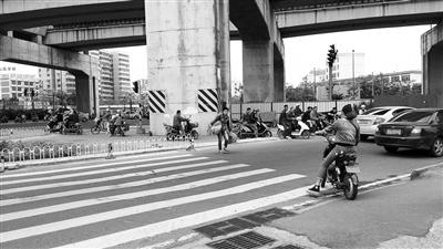 <b>海口凤翔西路右拐龙昆南路辅道处斑马线设栏杆行人跨栏过马路</b>