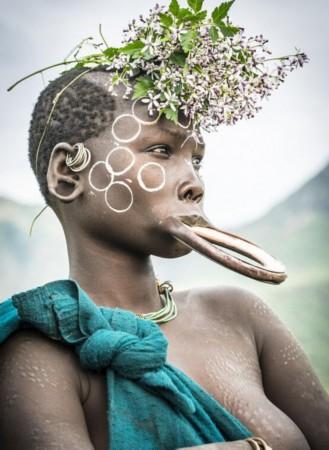 最极限人体艺术:非洲部落女性敲掉下牙戴上唇盘