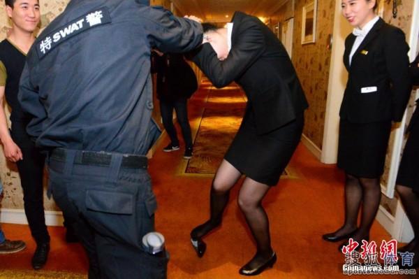美女图:杭州酒店招数高清学防狼特警员工美女车上在教学图片