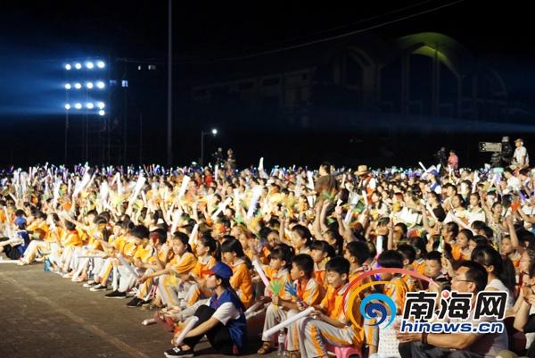 <b>琼中三月三黎苗文化旅游晚会受捧市民赞节目有新意</b>