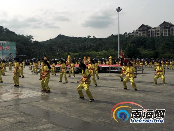 琼中三月三广场大联欢全场热舞游客称明年再来[图]