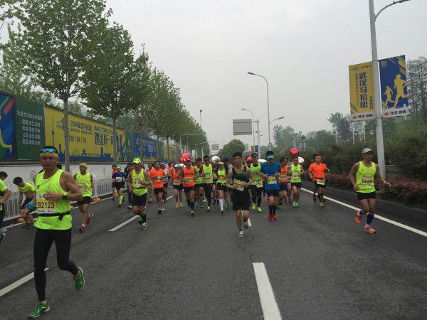 北京时间4月10日,武汉马拉松.-范冰冰武汉马拉松遭围堵离场 自爆曾...图片 54351 600x450