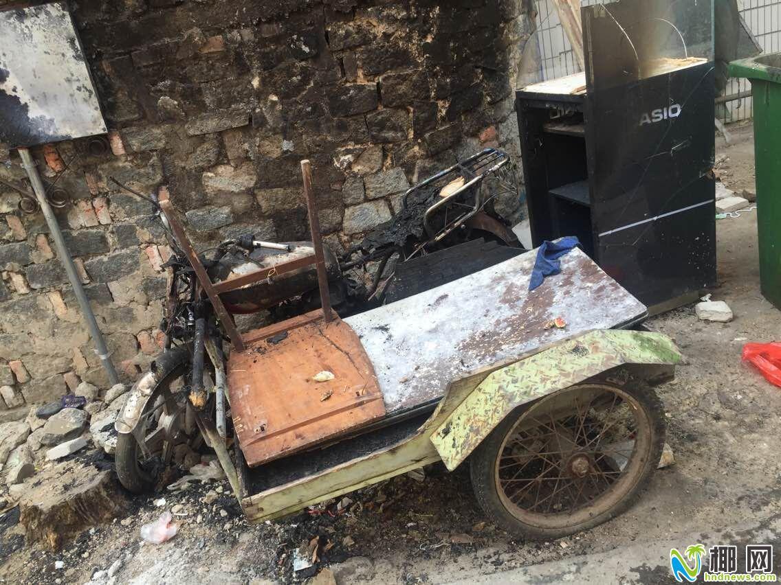 三亚外贸路六巷垃圾堆着火引燃摩托车居民自发救火
