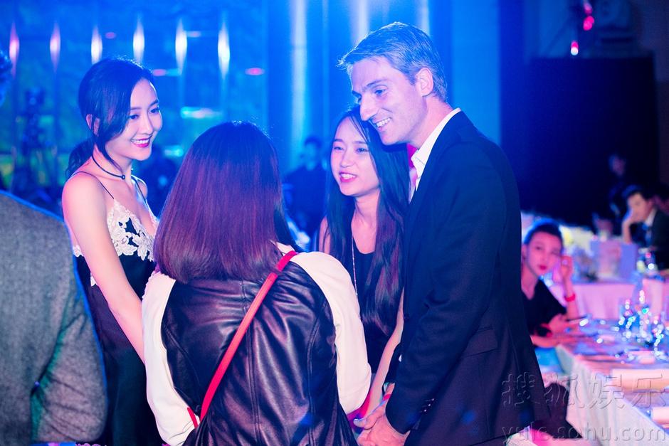 王鸥蕾丝带出颁奖典礼