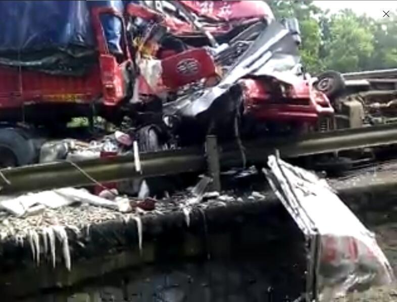 海南环岛高速车辆连环撞司机半路补胎被撞身亡