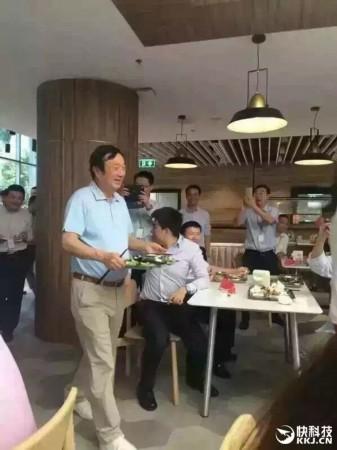 网曝72岁任正非食堂排队打饭:华为员工围观