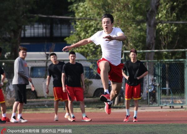 北京一队二队进行足球赛 张松涛当前锋一球未
