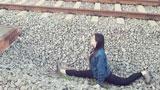 湖南一女生在铁轨旁摆一字马自拍 险些被撞