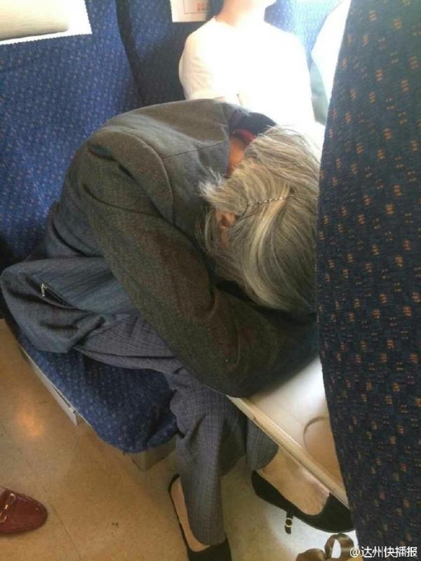 动车上没给老人让座遭指责 女子:坐自己位置错了吗
