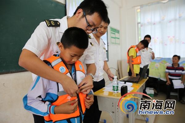 海事执法人员现场教学救生衣穿戴.(通讯员欧阳斐斐于宁摄)