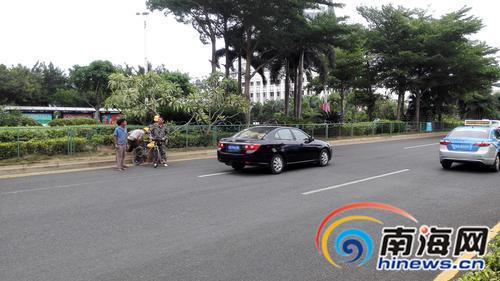 海口国兴西路经常有人组团横穿马路称不想绕路