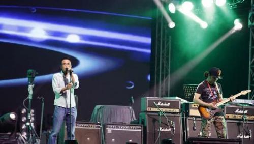 起凡华丽_摇滚大片 中国乐势力摇滚30年演唱会首场完美-新闻中心-南海网