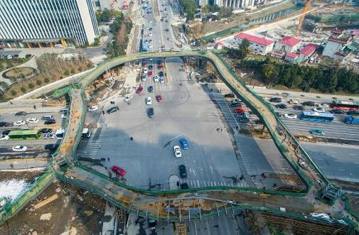 杭州树形天桥亮相 预计5月底投入使用