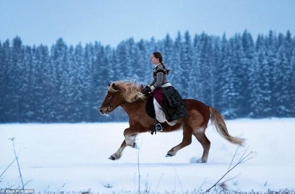 芬兰女子前往北极圈荒野生活 与85只爱斯基摩犬相伴