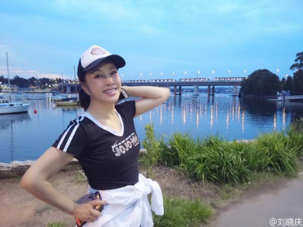 61岁刘晓庆晒与家人合影 妹妹照片曝光