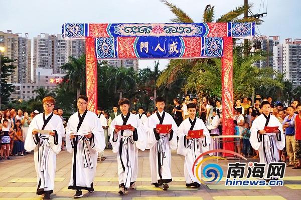 海南百余名大学生在海口骑楼老街穿汉服行古礼宣告成年