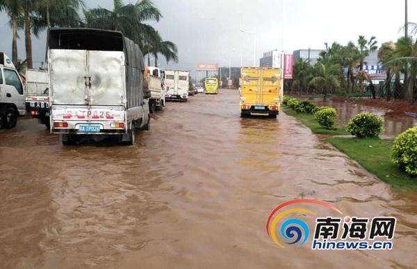海口暴雨致丘海大道延长线等2路段积水最深25厘米