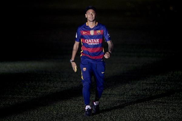 北京时间5月24凌晨,巴塞罗那全队在诺坎普球场举行盛大的双冠王庆典活动,球星萌娃秒杀无数菲林    网易体育5月25日报道:    足球数据网站《OPTA》公布了2015-16赛季西甲联赛的过人榜单,在这份榜单中,巴塞罗那队的MSN组合齐齐入选,内马尔位居榜首,遥遥领先第二名的梅西。但梅球王的过人成功率高达55%,傲视过人榜前十。        榜单中,内马尔以457次的过人排在西甲第一,领先第二名梅西多达97次。梅西同样和第三名塞尔塔边锋奥雷利亚纳有着档次上的压制,小跳蚤过人数领先第三名125次之