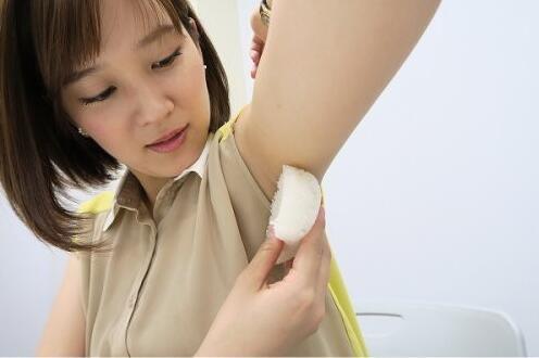日本流行美女腋下捏饭团 网友:肛门都能榨甘蔗了