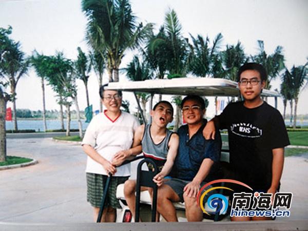 寻找最美家庭:海南慈父教师照顾脑瘫孩子三十三年
