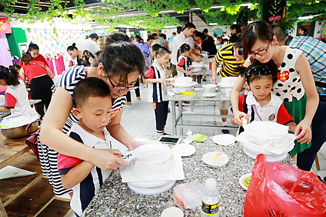"""那大实验小学一年级(3)班举办迎""""六一""""diy蛋糕制作亲子活动,与孩子"""