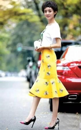赵丽颖白色t恤 黄色鱼尾裙 黑高跟,裙子上虫子的印花个性十足,配合